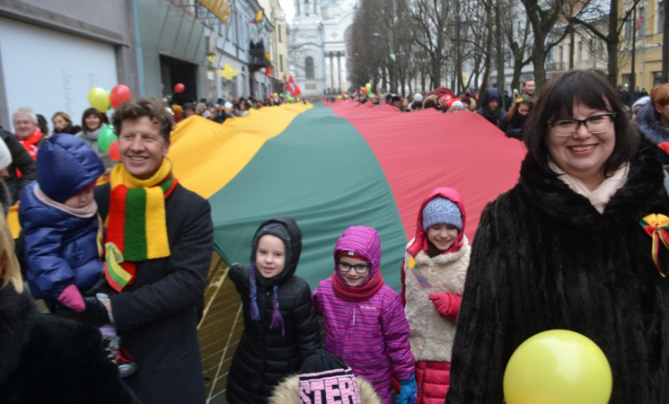 Kauno Laisvės alėja nuvilnijo 100 metrų šimtmečio trispalvė
