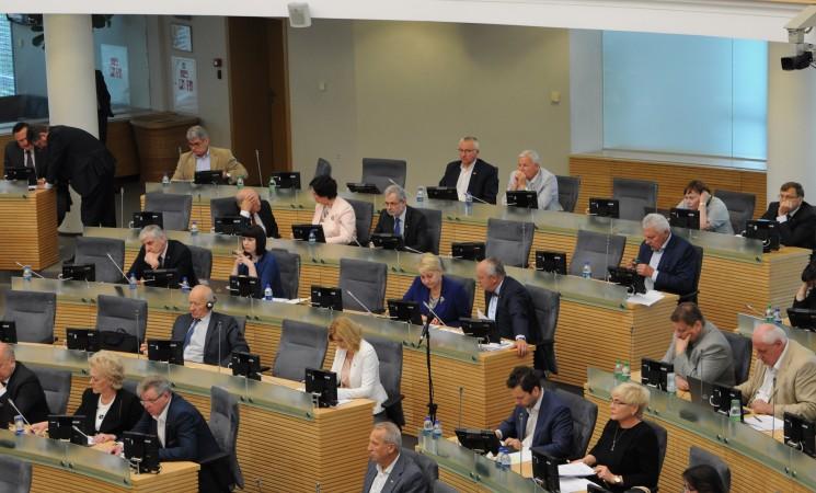 Seime - socialdemokratų siūlymai: progresiniai mokesčiai, didesnės algos medikams