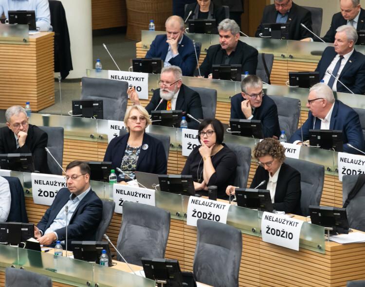 Socialdemokratai biudžeto projekto nepalaiko – viena ranka dalinamos dovanėlės, kita - atimama